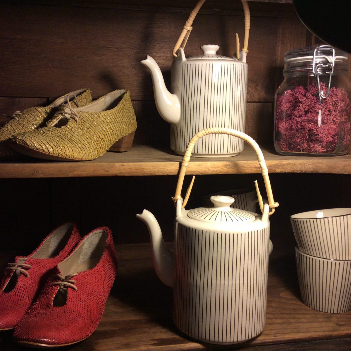 Dänische Teekannen und Tassen